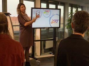 Saskia Keereweer laat zien hoe JSO door de jaren is gegroeid van een provinciaal gesubsidieerd expertisecentrum naar een eigenzinnige onderneming.